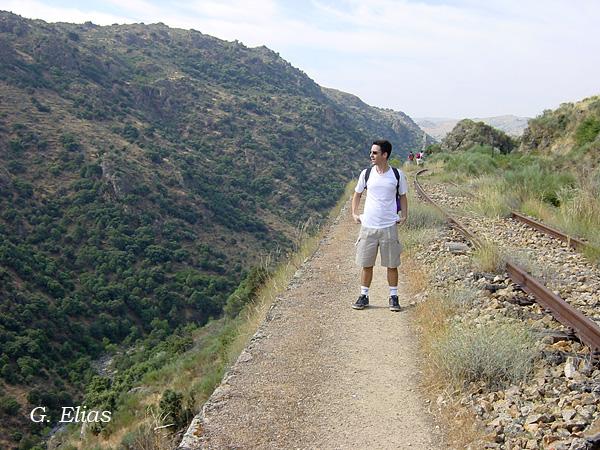 Paulo Costa faz uma pausa para admirar a paisagem espanhola.