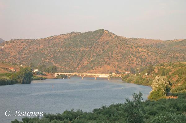 A ponte Almirante Sarmento Rodrigues faz a ligação a Trás-os-Montes